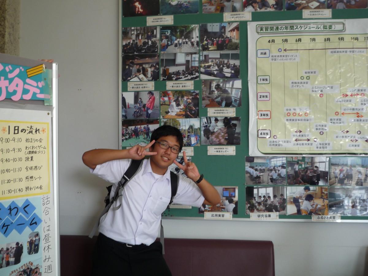 掲示板の写真に3枚も写っていた高校生(オープンキャンパスで発見)