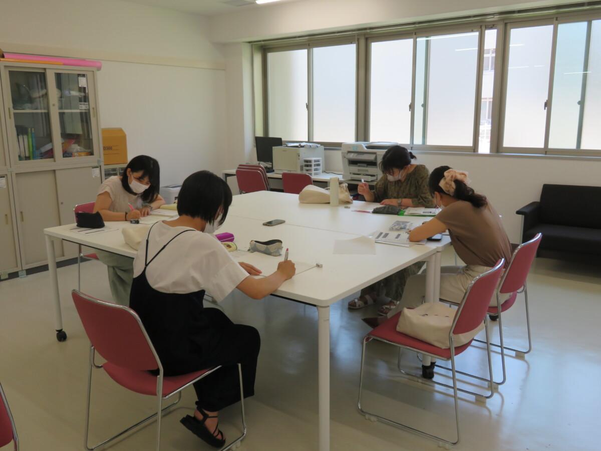 教員採用試験に向けて、同郷の者たちに分かれて勉強中 真剣です。